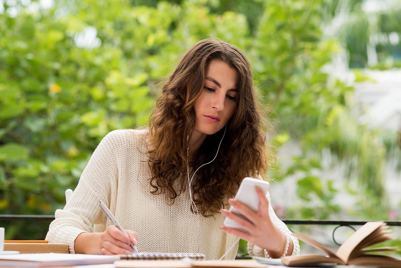 Kobieta czyta wiadomość na telefonie