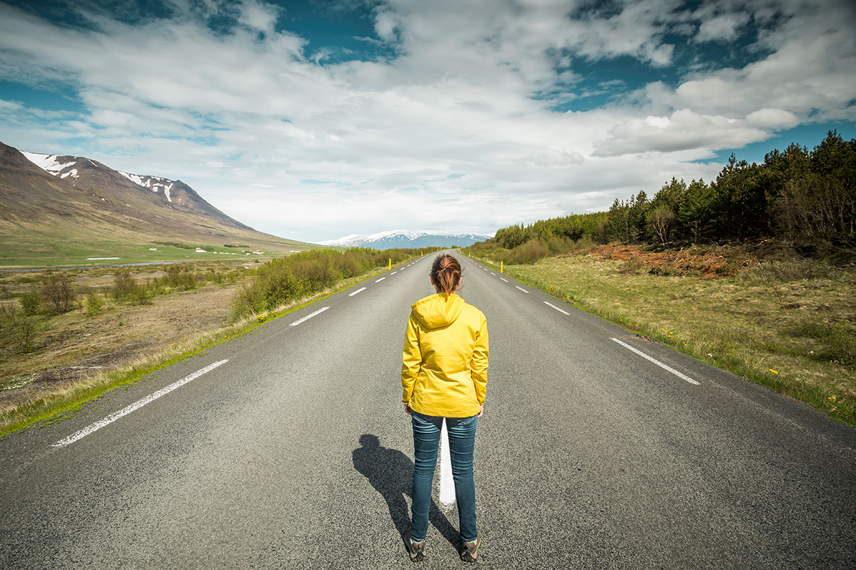 Kobieta na drodze w górach, ilustracja do artykułu o skrócie BTW
