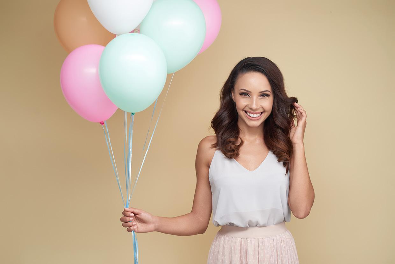 Kobieta z balonami świętująca imieniny