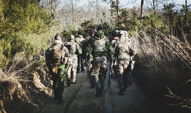 Żołnierze w lesie