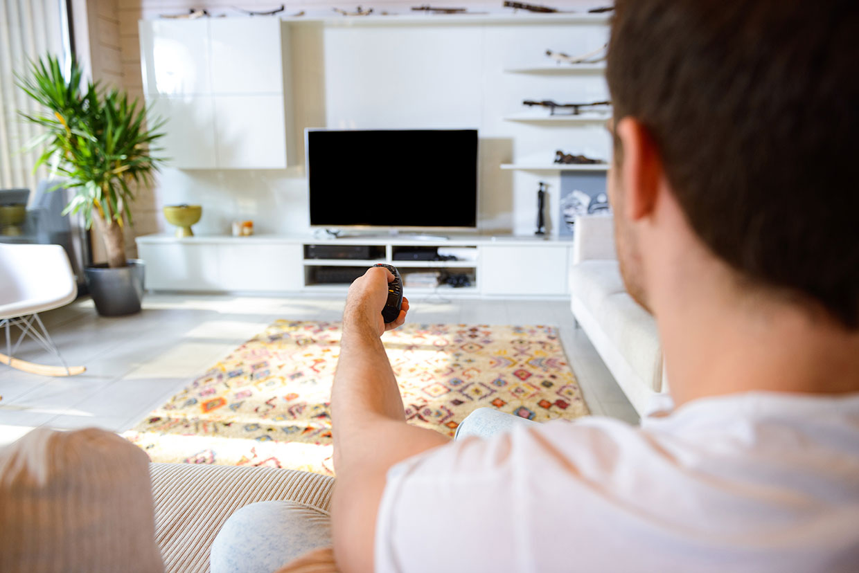 Mężczyzna ogląda TV
