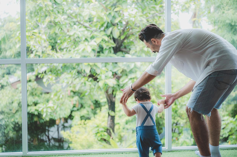 Ojciec z dzieckiem, ilustracja do slangowego określenia ojca jakim jest słowo stary