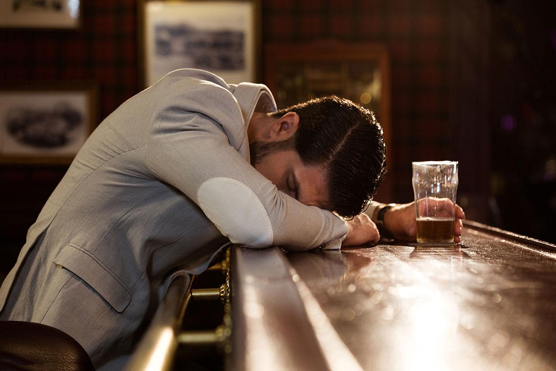Pijany mężczyzna, ilustracja do artykułu o slangowym użycia wyrażanie w cztery dupy