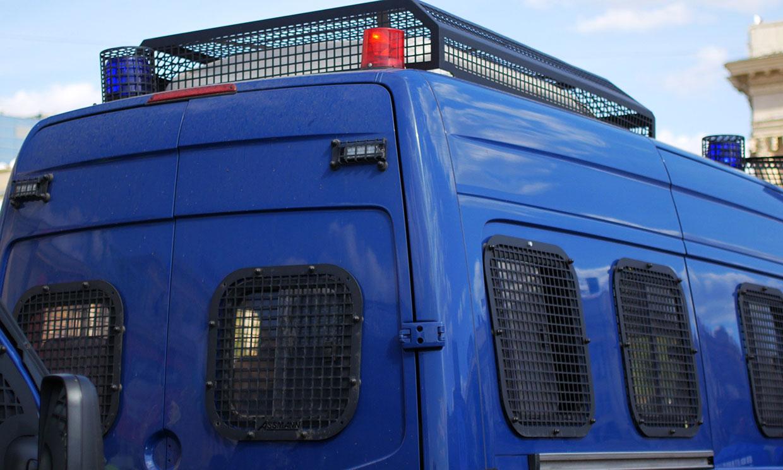 Policyjny bus, ilustracja do artykułu o slangowym użyciu słowa suka.