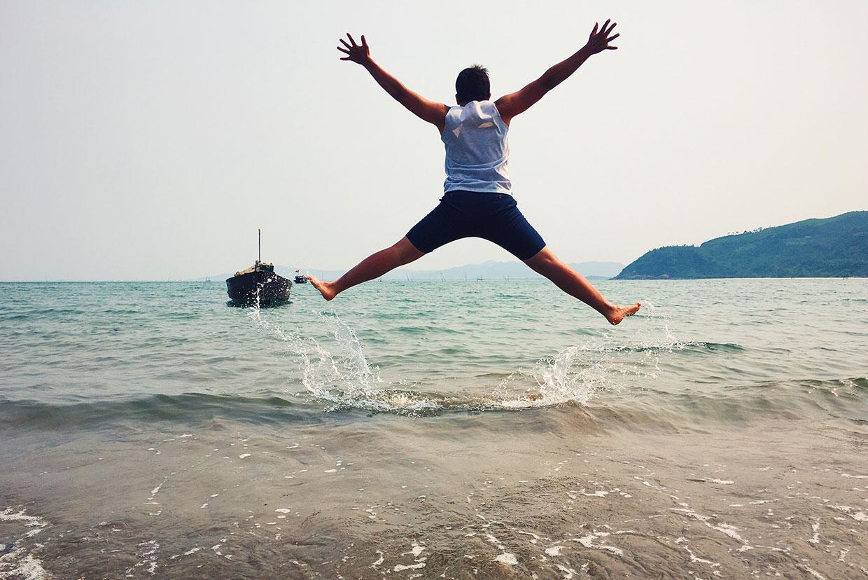 Skaczący na plaży mężczyzna, artykuł do artykułu o YOLO