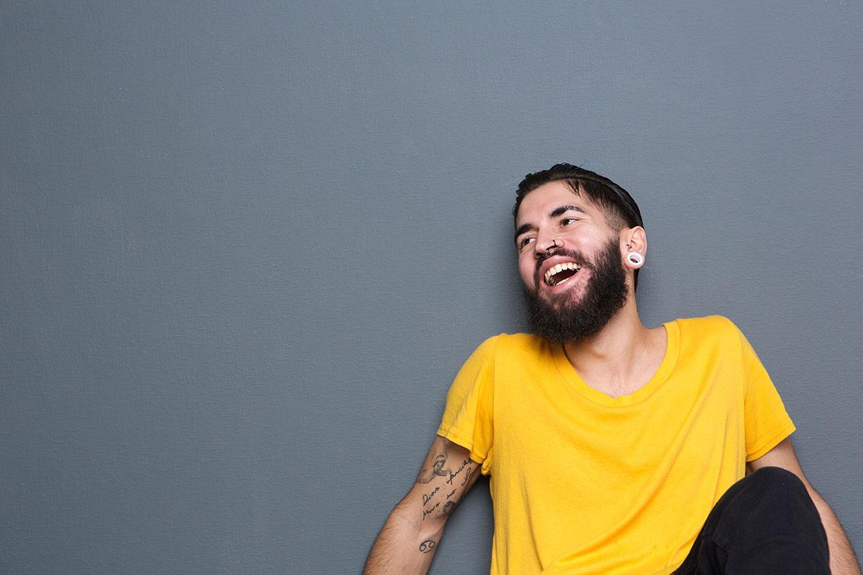 Śmiejący się mężczyzna, ilustracja do artykuły o prima aprillis