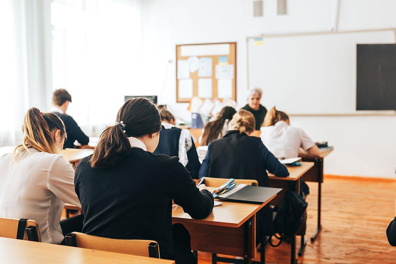 Uczniowe w szkole, ilustracja do artykułu o slangowym słowie buda