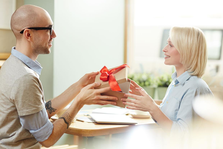 Wręczanie prezentu, ilustracja do artykułu o prezentach na imieniny