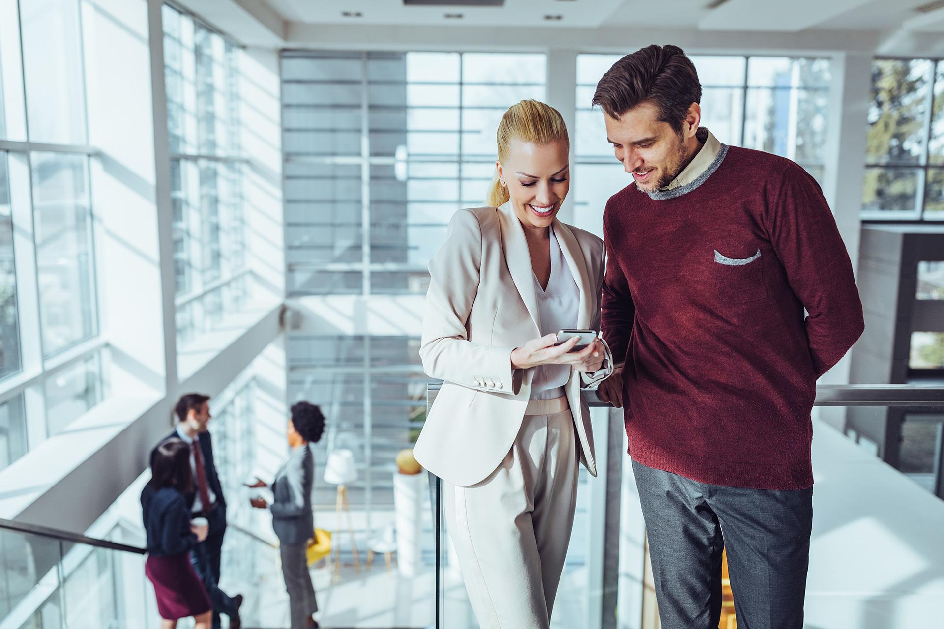 Kobieta pokazuje coś mężczyźnie na telefonie, ilustracja do artykułu o AFAIK