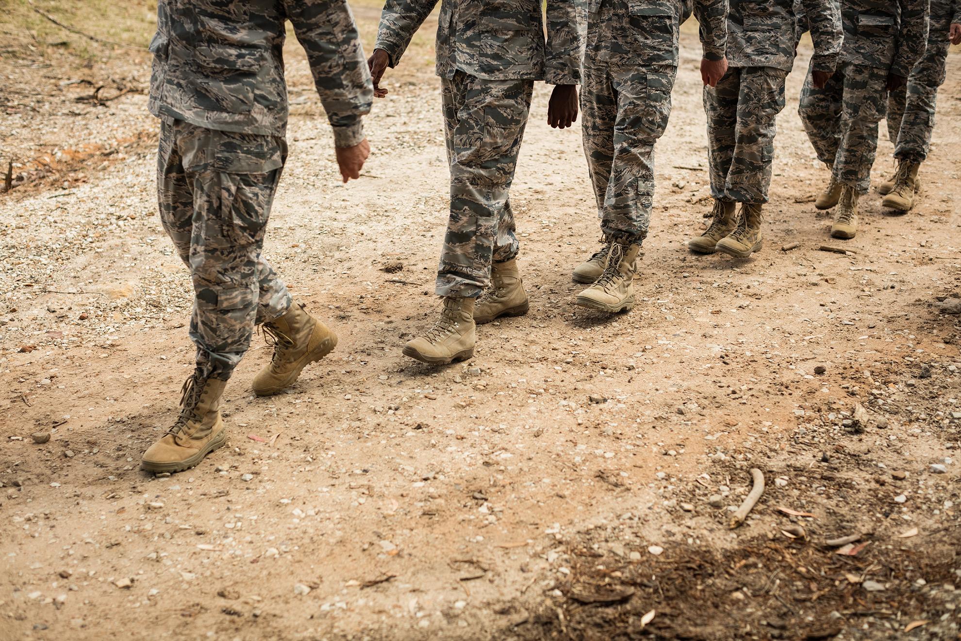grupa maszerujących żołnierzy, ilustracja do artykułu