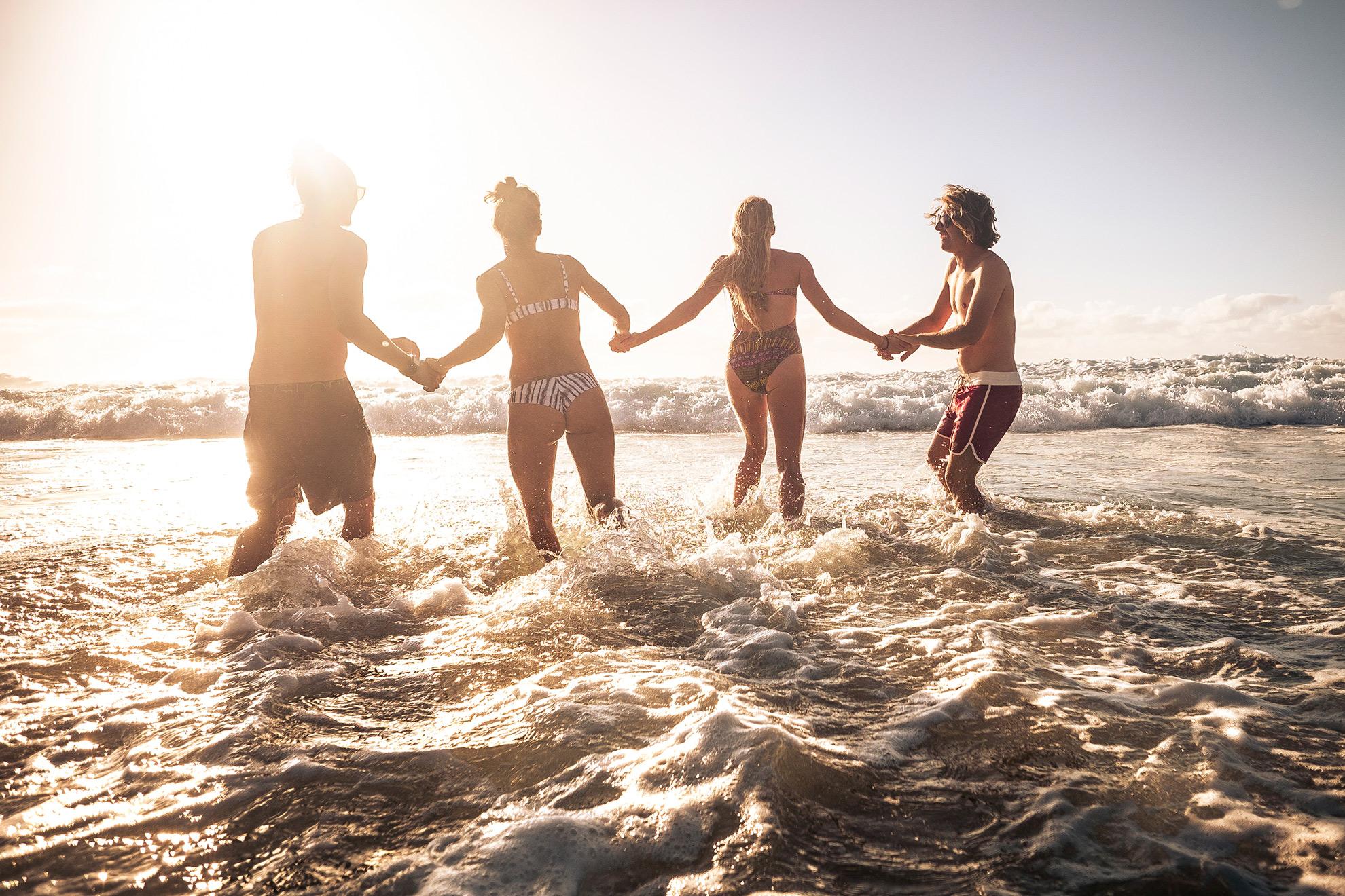 Grupa osób bawiąca się w morzu. ilustracja do artykułu o WAGs