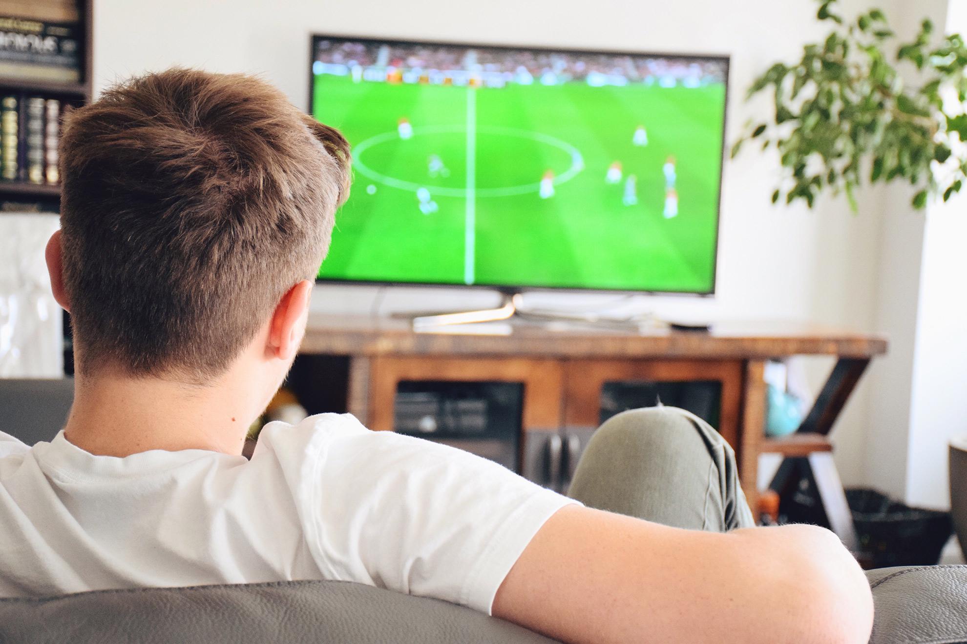 Mężczyzna oglądający grę, ilustracja do atykułu