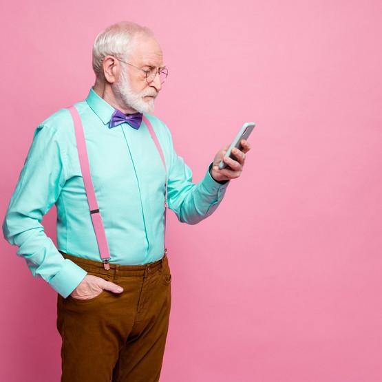 Dziadek czyta SMS-a