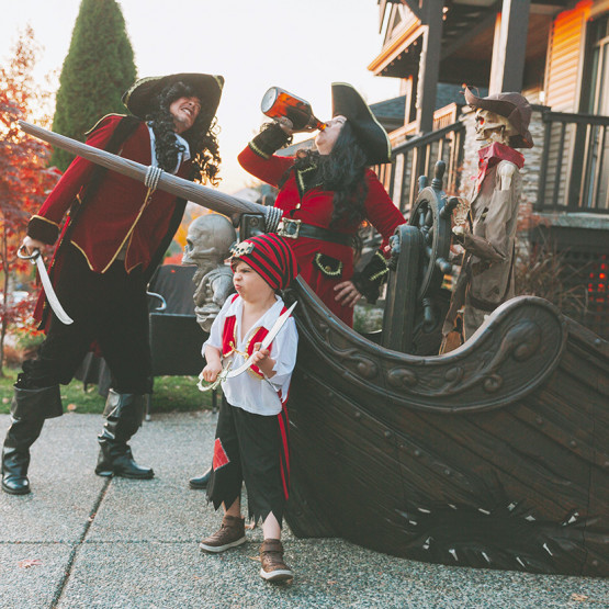 Rodzina przebrana za piratów
