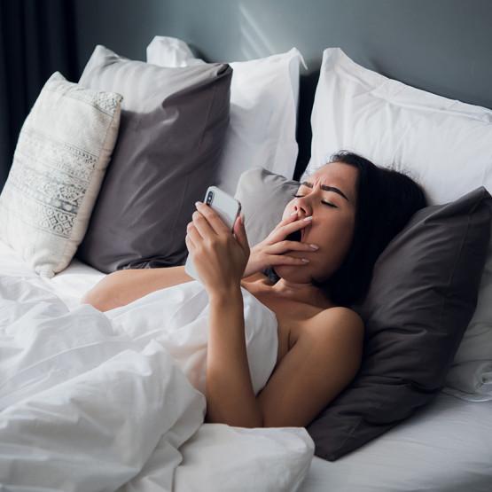 Zasypiająca kobieta z telefonem