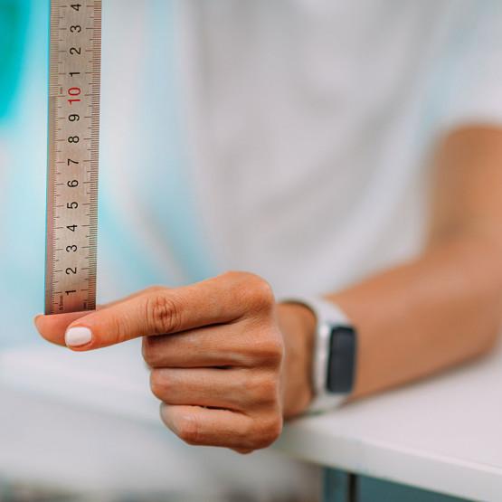 Kobieta trzymające miarkę ilustracja do artykułu