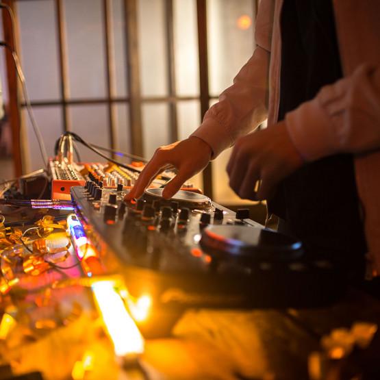 DJ przed konsolą