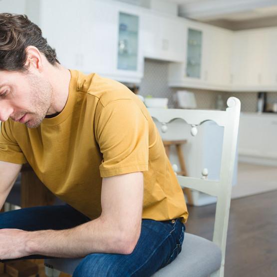 Martwiący się meżczyzna, ilustracja do artykułu o skrótowców YAFUD