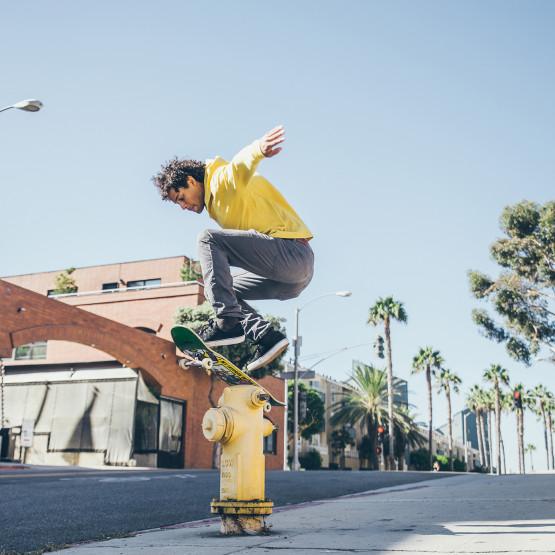 Skate skaczący na deskorolce, ilustracja do artykułu o rodzajach deskorolek