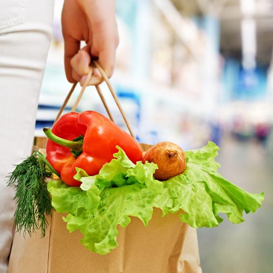 Osoba z zakupami ilustracja do artykułu o niedzieli handlowej
