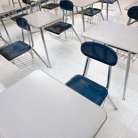 Stoliki na egzaminie, ilustracja do artykułu o wynikach matury