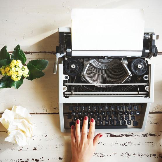 pisanie na maszynie, ilustracja do artykułu