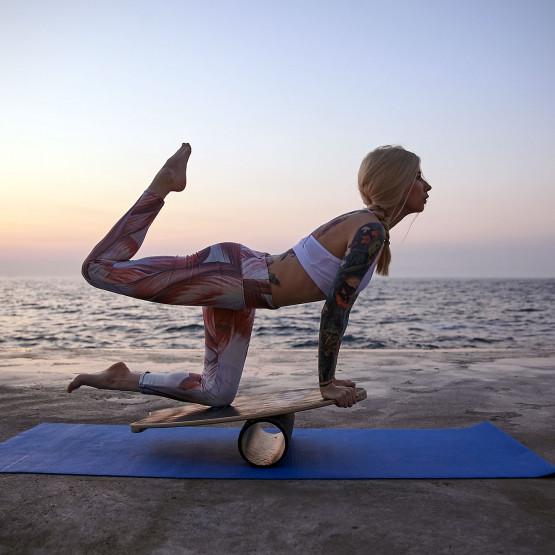 Kobieta trenująca na trickboard