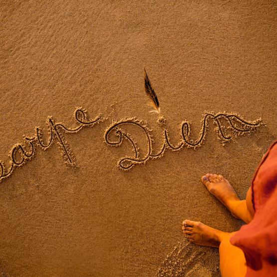 Carpe diem napisane na piasku, ilustracja do artykułu